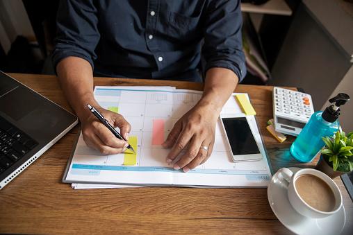 スケジュールに書き込んでいる様子|KEN'S BUSINESS|ケンズビジネス|職場問題の解決サイト