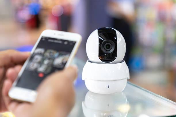 mannelijke hand press telefoon watch cctv - bewakingscamera stockfoto's en -beelden