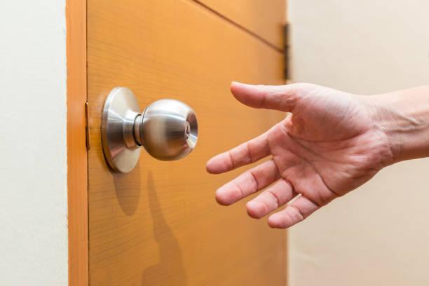 남성 손 오는 홈, 홈 안전 또는 침입자 개념에 대 한 좋은 문 손잡이 잡기 위해 밖으로 도달 - 문손잡이 뉴스 사진 이미지