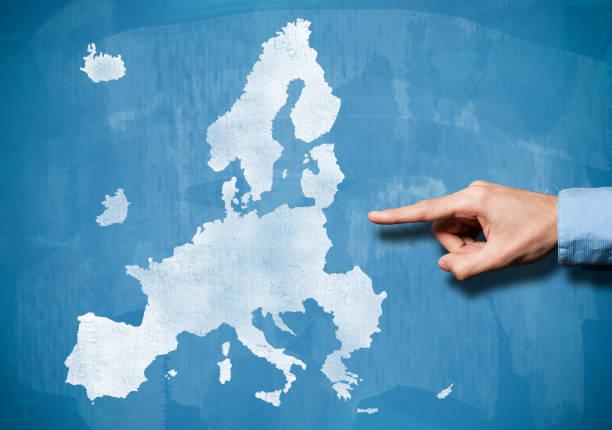 Männliche Hand in europäischen Union Karte anzeigen / Blue Board Konzept (Klick für mehr) – Foto