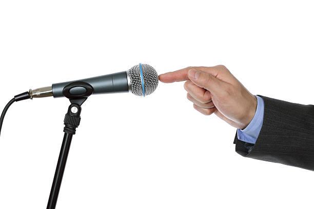 interview mit mikrofon - lautsprecher test stock-fotos und bilder