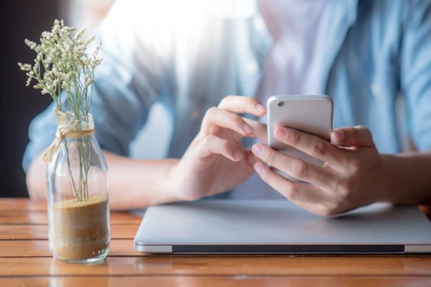 Männliche Hand mit DemSmartphone während der Arbeit zu Hause – Foto