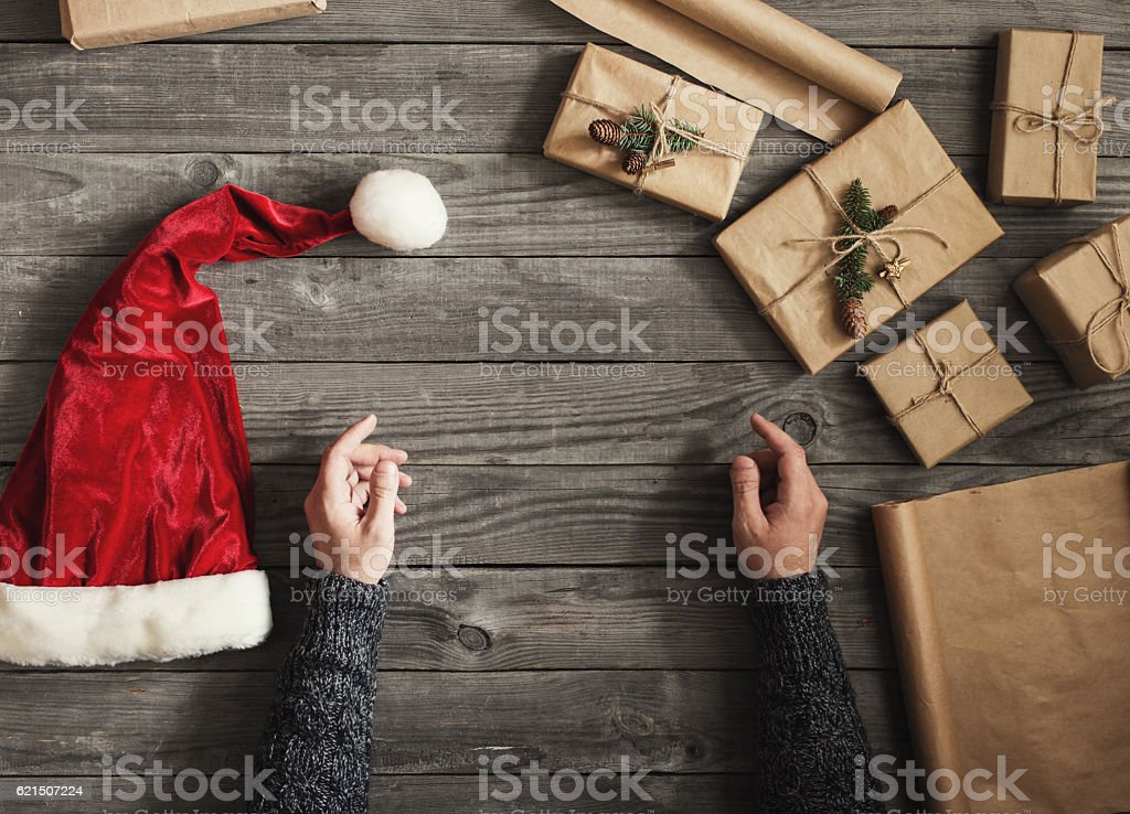 Male hand with christmas gifts and santa hat foto stock royalty-free