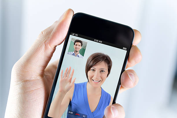 Männliche hand mit Handy während video an – Foto