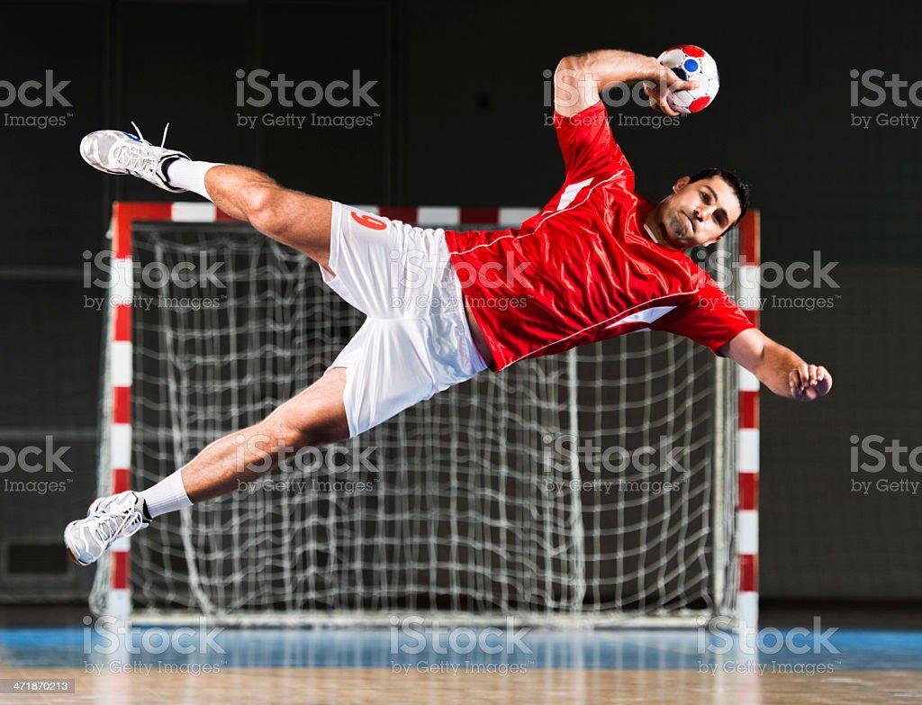 Masculino Jogador de handebol em acção. - fotografia de stock