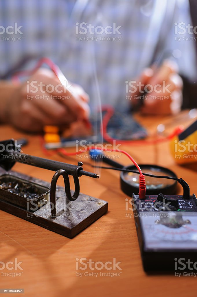 Male hands checking circuit with multimeter photo libre de droits