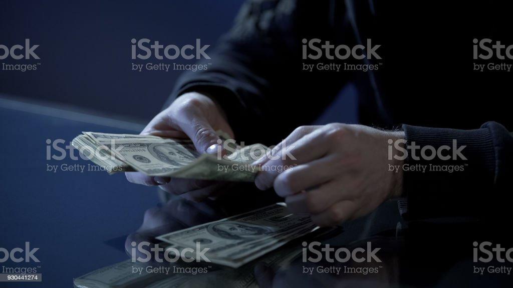 Männliche Hände zählen Dollar, schwarze Gehalt, Geldwäsche, illegale Geschäfte – Foto