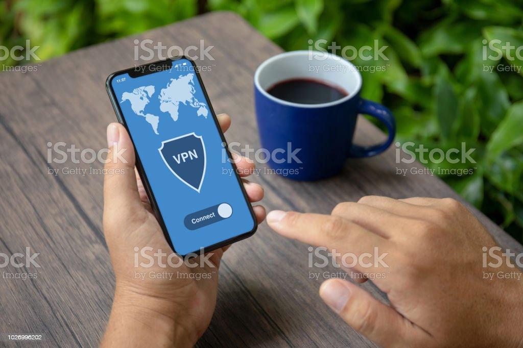 Männliche Hände halten Telefon mit app Vpn Einrichtung Internet-Protokolle – Foto