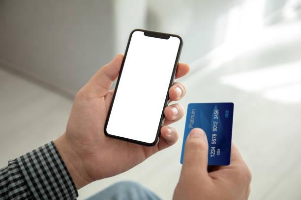 männliche Hände halten Telefon mit isoliertem Bildschirm und Kreditkarte – Foto