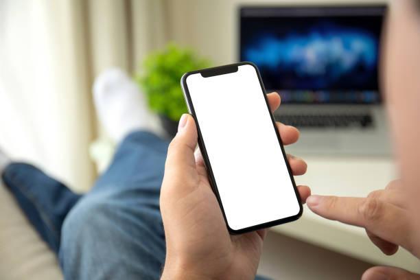 Männliche Hände halten Telefon mit isoliertem Bildschirm in einem Raum – Foto