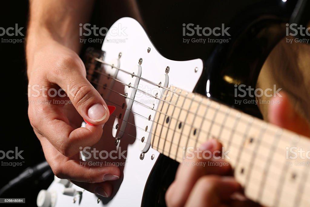 Fotografía de Macho Mano Tocando Guitarra Eléctrica Con Púa ...