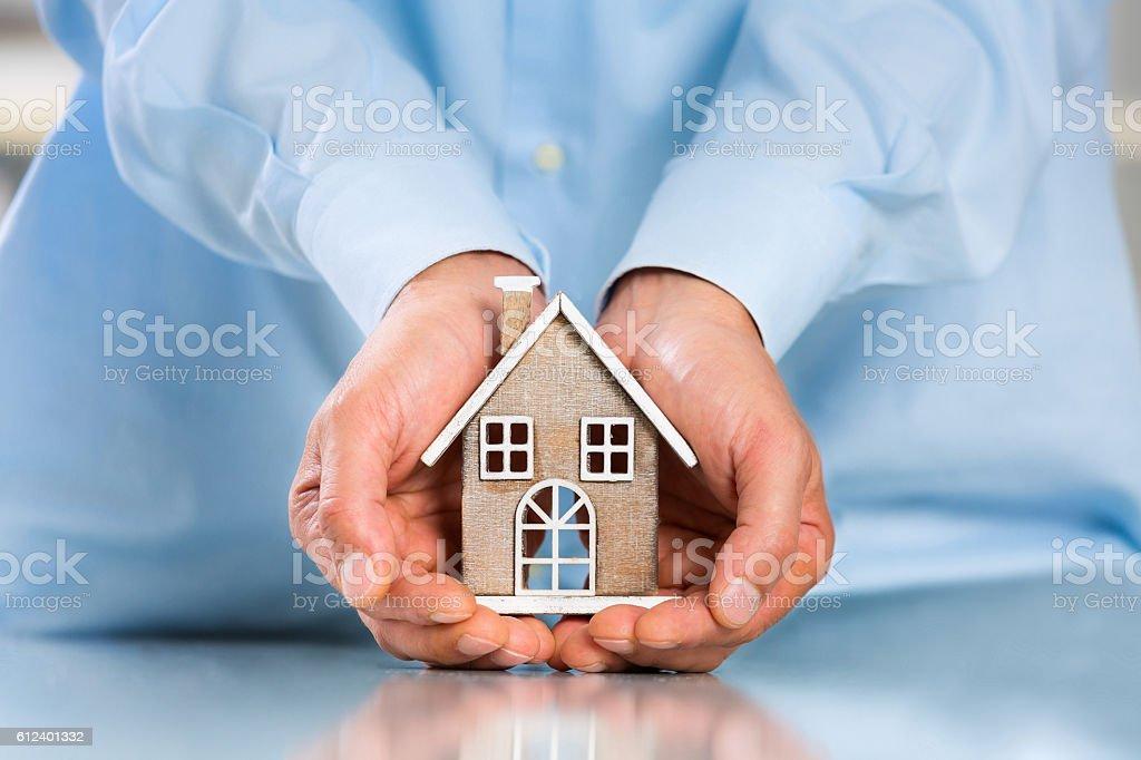 Male hands saving Miniature House – Foto