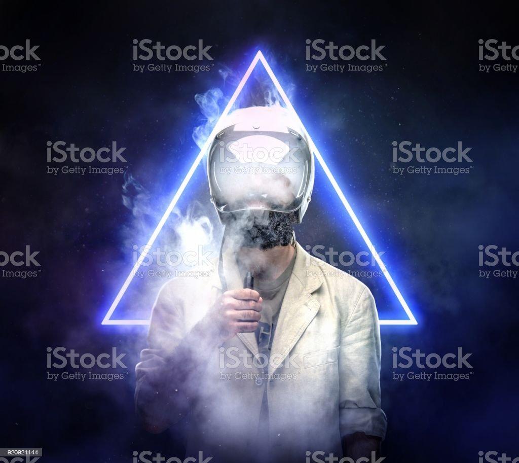 Männlich in Astronaut Weltraum Helm rauchen elektronische Zigarette. – Foto