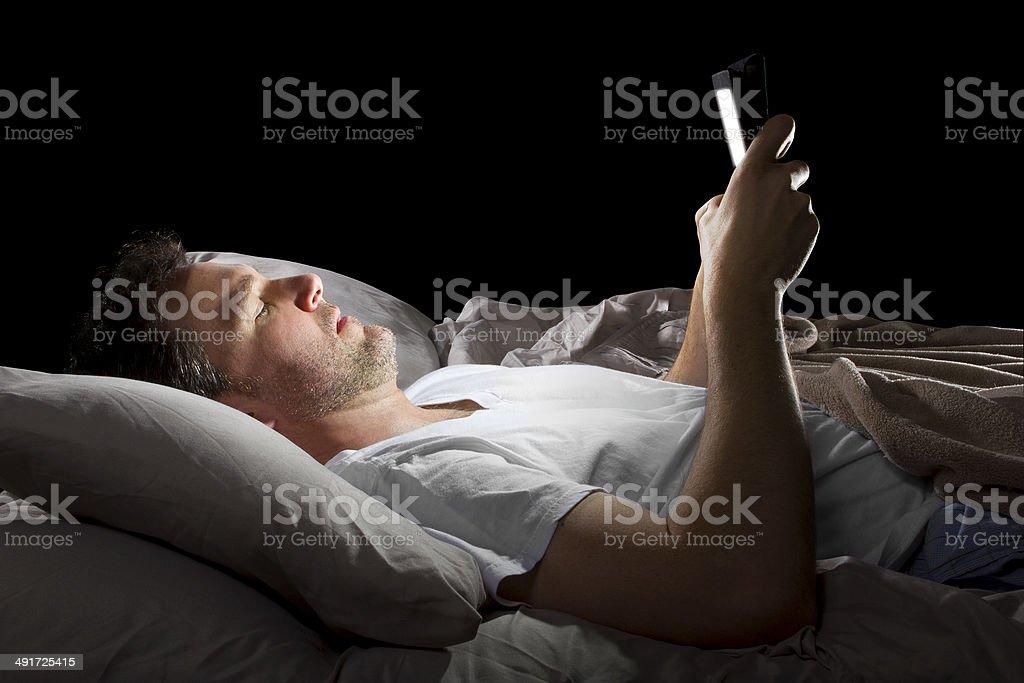 Männliche im Bett Surfen im Internet mit Tablet – Foto