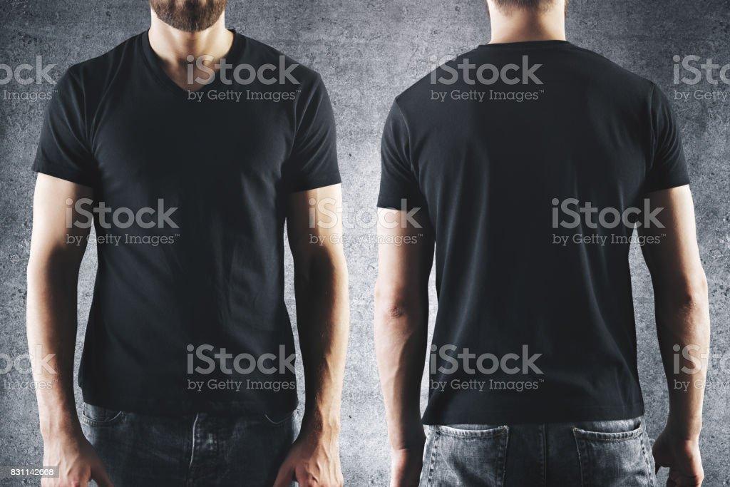 Hane i tom svart t-shirt bildbanksfoto