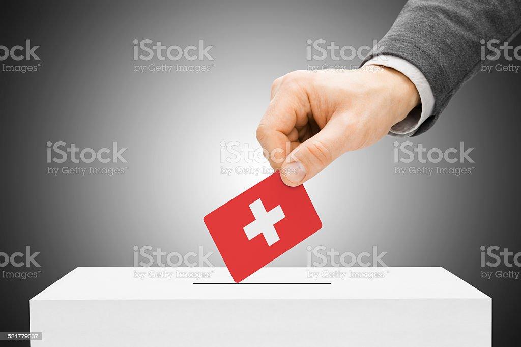 Männliche Hineinstecken Flagge in die Wahlurne-Schweiz – Foto
