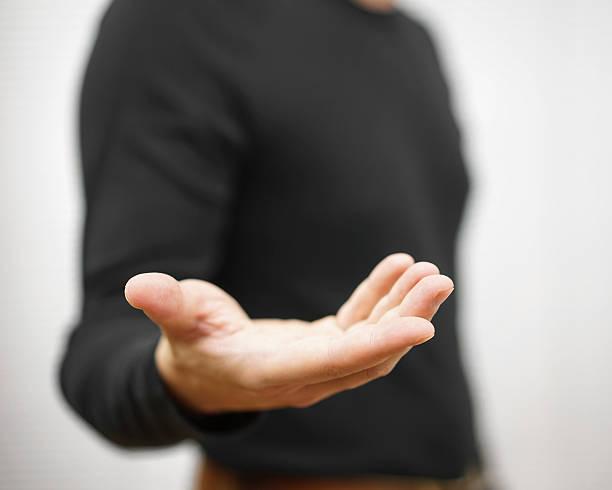 uomo è in piedi e mostra tese mano con il palmo della mano aperto - palmo foto e immagini stock