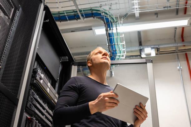 Male IT Professional Holding Digital Tablet Planning Änderungen im Rechenzentrum – Foto