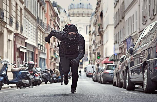 mann joggen in schwarz in paris straße mit atmen apparat - französisch übungen stock-fotos und bilder