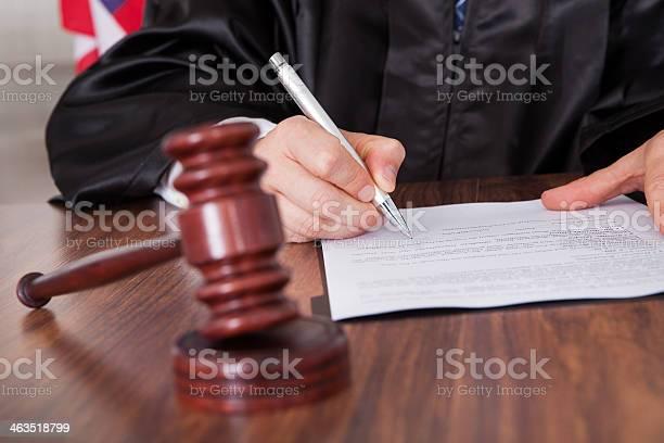 Maschio Giudice Scrivendo Su Carta - Fotografie stock e altre immagini di Adulto