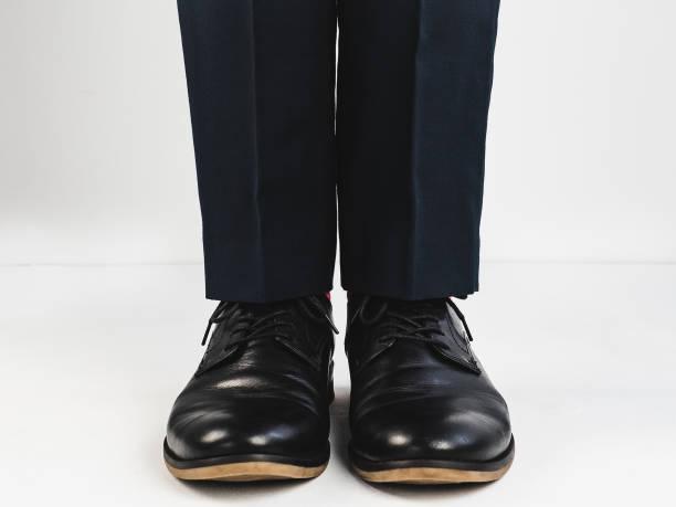 männliche beine in schwarzen schuhen - bräutigam anzug vintage stock-fotos und bilder