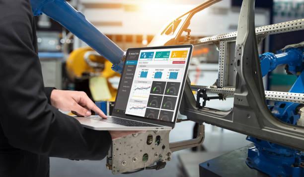 Gerente hombre portátil de mano para la producción de tiempo real check control de aplicación del sistema industrial de la fábrica inteligente. Automatizado de sistemas de transporte para el traspaso del paquete 4.0 industria y concepto de iot. - foto de stock