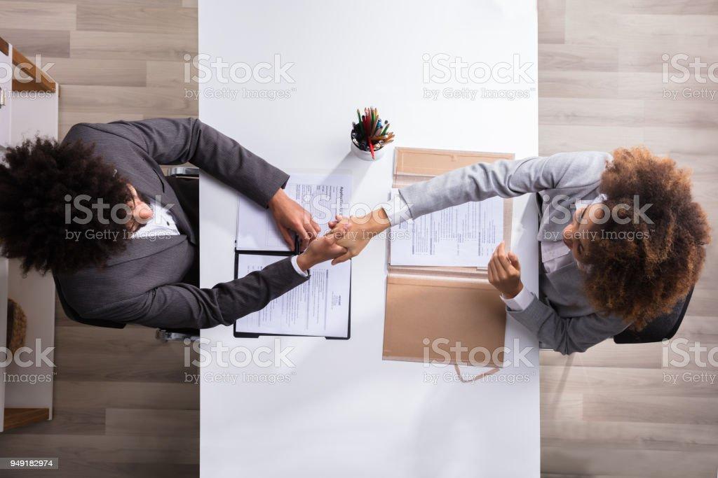 Händeschütteln mit weiblichen Bewerber männlich-Manager – Foto