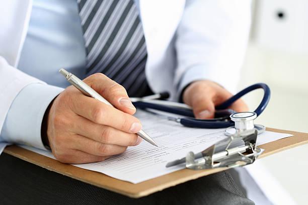 숫나사 의학 담담의 손 쥠 실버 펜 필기를 - 처방전 문서 뉴스 사진 이미지
