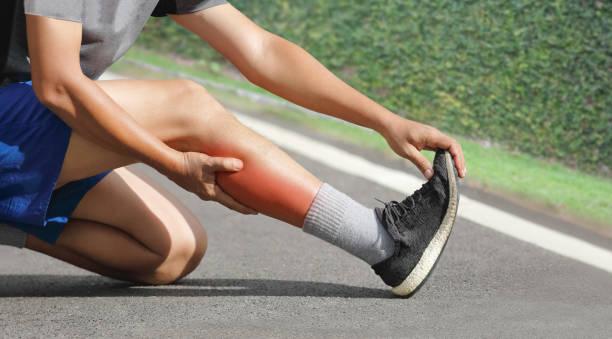 Männlich erden im mittleren Alter beim Joggen einen Krämpfe. Stop und Massage Kalb – Foto