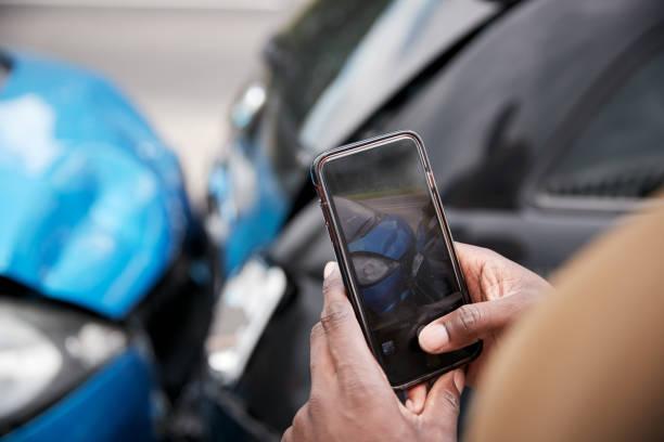 männlicher autofahrer in autounfall verwickelt und macht sich von schadenersatz für versicherungsanspruch beteiligt - einzelner mann über 30 stock-fotos und bilder