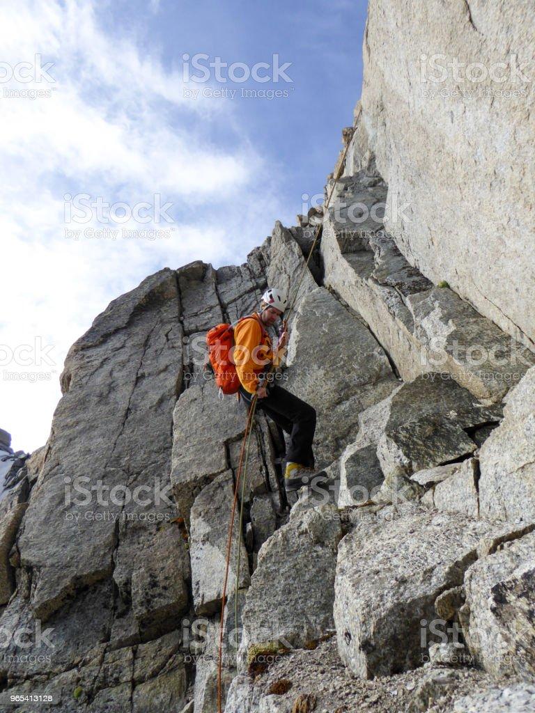 프랑스 알프스 샤모니 근처에 있는 가파른 바위 능선에서 라 펠 링 남성 산악인 - 로열티 프리 고객 스톡 사진