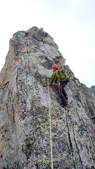 알프스에서 노출 된 화강암 능선에 등반 하는 남성 산 가이드 납 경관에 대한 스톡 사진 및 기타 이미지