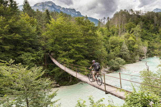 Männliche Mountainbiker ist die Überquerung einer Hängebrücke in Slowenien. – Foto