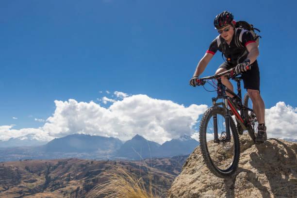 Männlicher Mountainbiker auf Boulder, Peru. – Foto