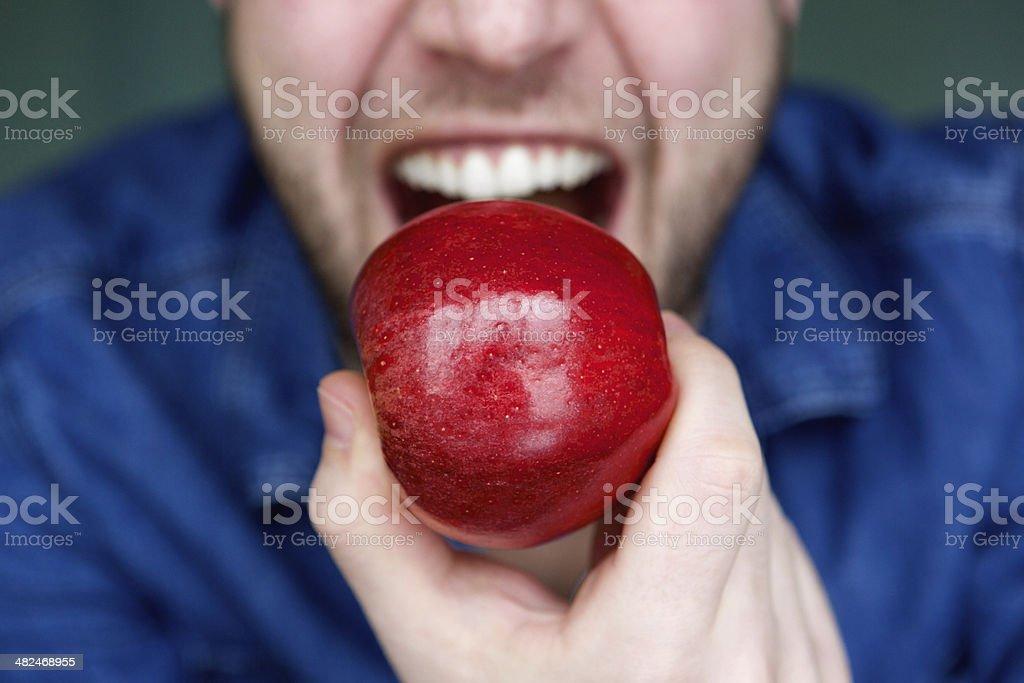 Conector macho de alimentación rojo de manzana boca - Foto de stock de 20 a 29 años libre de derechos