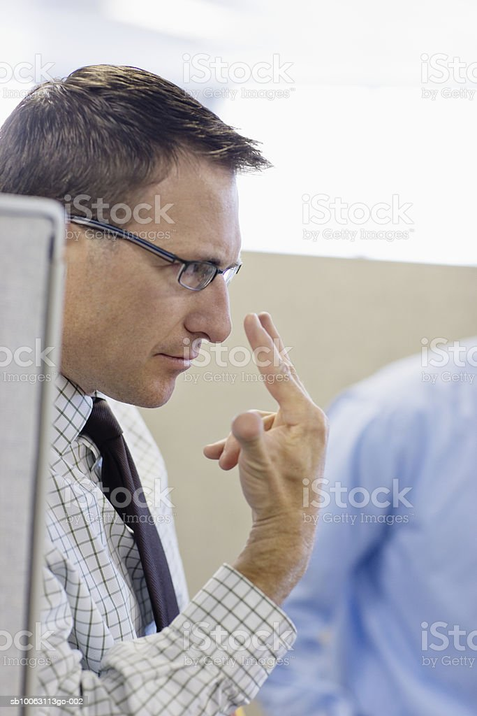 Male office worker pointing to eyes, close-up foto de stock libre de derechos