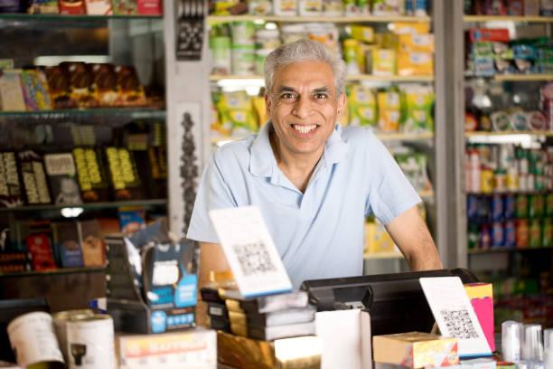 Männlicher Besitzer im Supermarkt – Foto