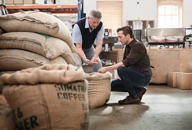 Männliche Besitzer eines Café Bratformen business spricht mit Arbeiter – Foto