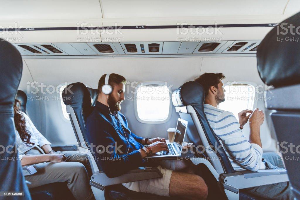 Männlichen Passagier mit Laptop während des Fluges – Foto