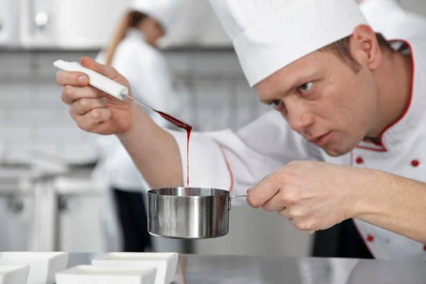 männliche pastry chef dekoration dessert - italienische küchen dekor stock-fotos und bilder