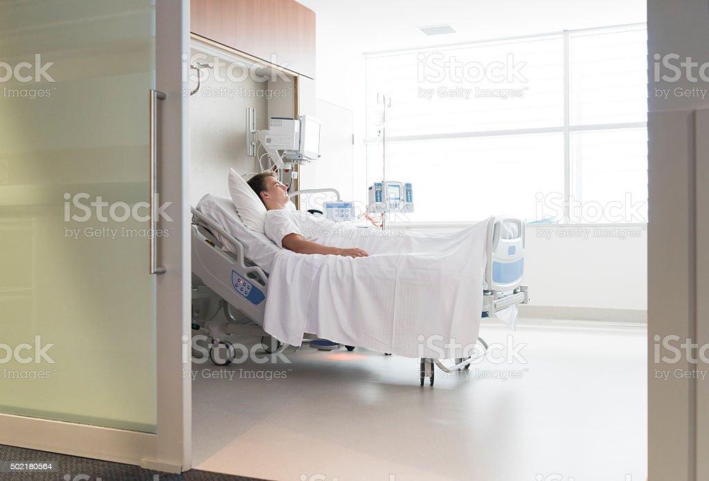 Homme Patient Allongé Dans Un Lit Dhôpital Vue à Travers La Porte ...