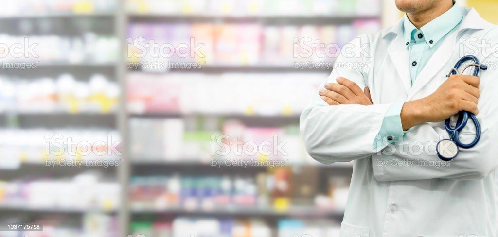 Männlichen Apotheker in Drogerie Apotheke stehen. Männlichen Apotheker in Drogerie Apotheke stehen. – Foto