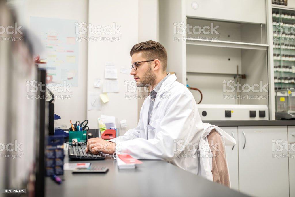 Männlichen Apotheker arbeiten an seinem Schreibtisch – Foto