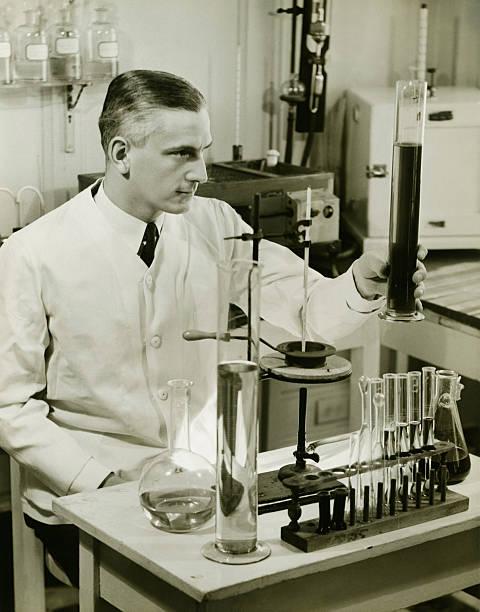 雄薬剤師動作、試験管実験室で、(b &w - 1930~1939年 ストックフォトと画像