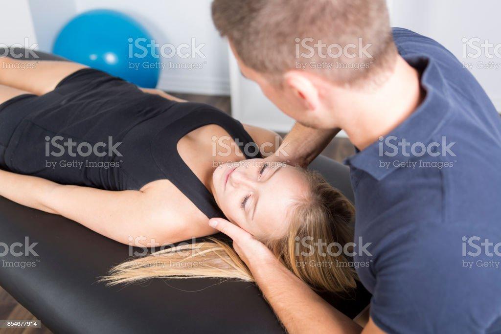 terapeuta masculino fisio e mulher ajudando paciente - foto de acervo
