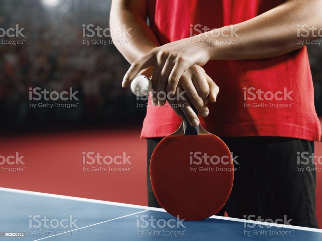Männliche Ping-Pong-Spieler hält eine rote Tischtennisschläger und ball Lizenzfreies stock-foto