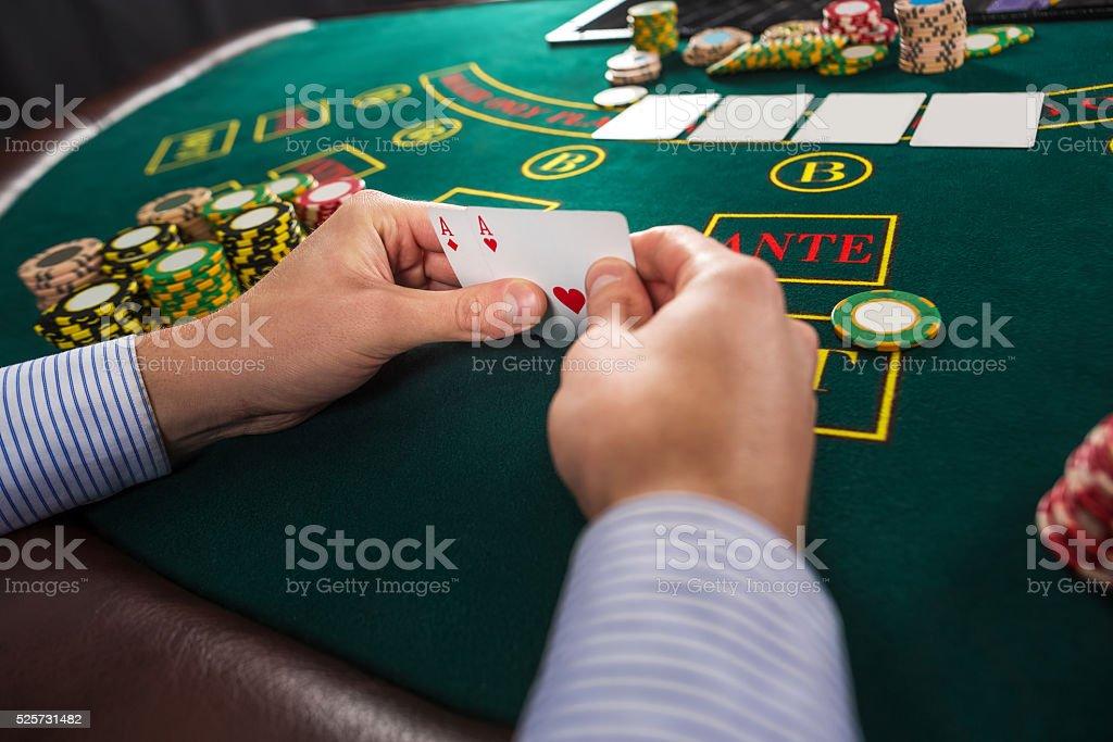 Giocatore di Poker maschio tiene le carte Traete ispirazione dagli assi delle due - foto stock