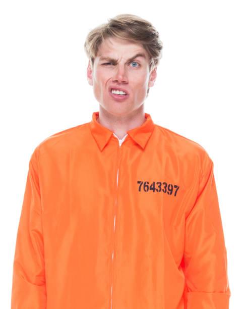 Männlicher Häftling trägt orangefarbenen Jumpsuit – Foto