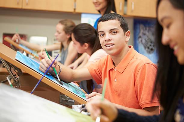 männliche schüler in kunst-klasse-high school - high school bilder stock-fotos und bilder