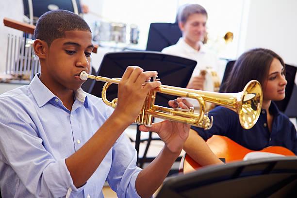 숫나사 학생 게임하기 나팔꽃 고등학교에서요 orchestra - 트럼펫 뉴스 사진 이미지